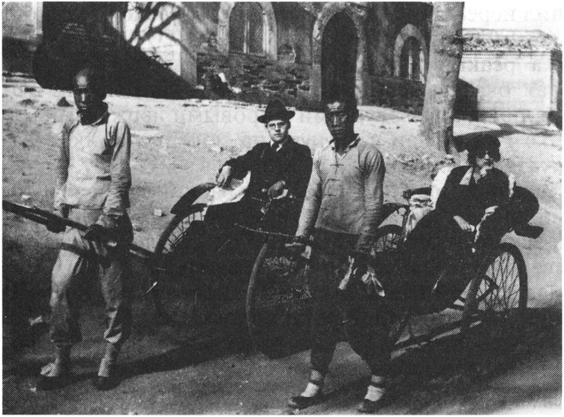 Революция в Китае в начале xx века Агрессия Японии в Китае  Рикши перевозящие европейских пассажиров Китай 1930 г
