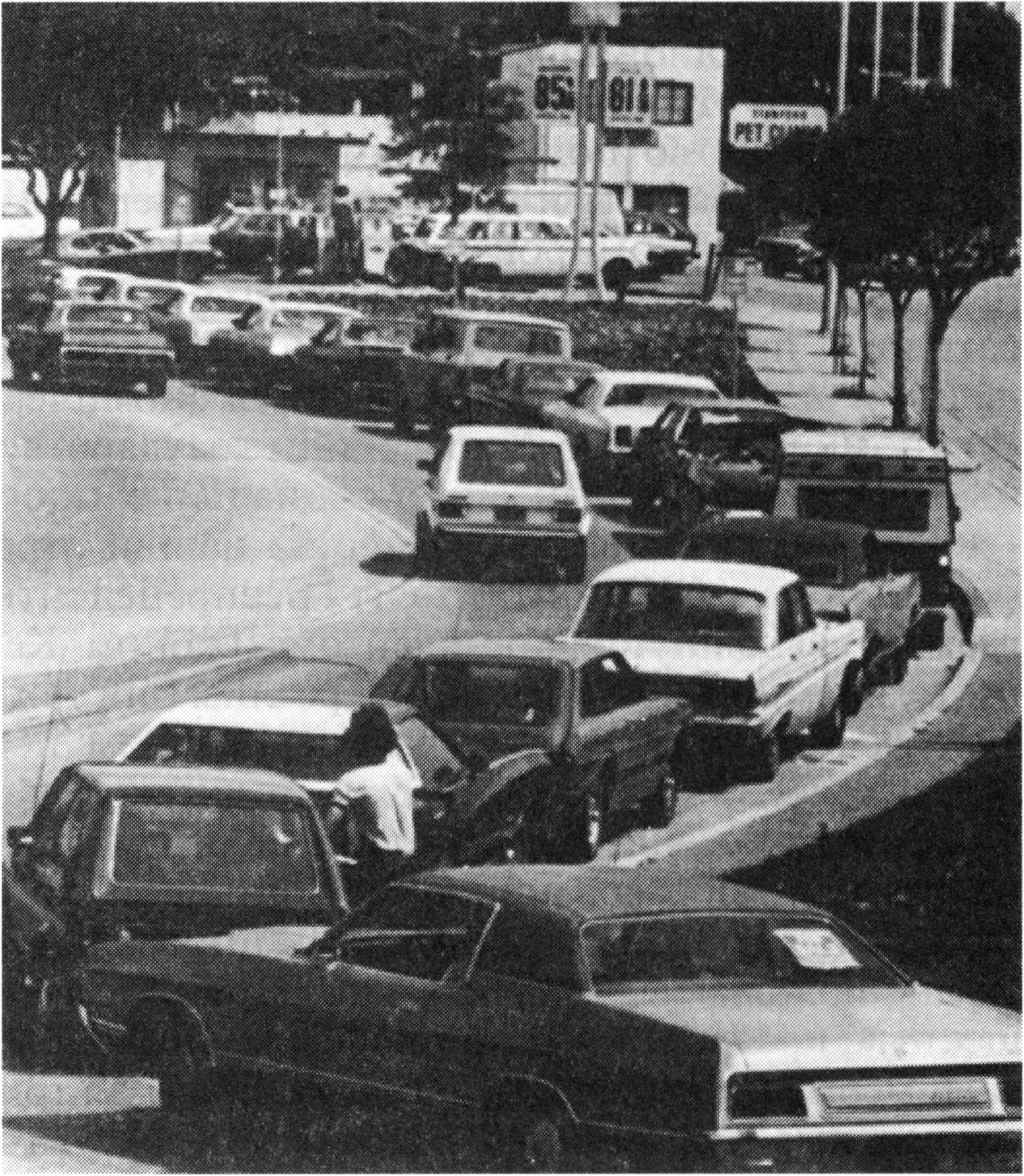 Экономический кризис гг и его последствия  Очередь автомобилей у автозаправки во время энергетического кризиса 1970 е гг
